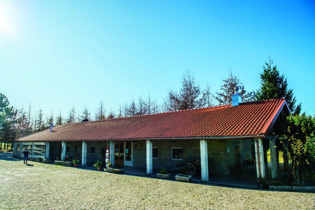 Panorâmica do exterior e do edifício da Casa de Vilar.