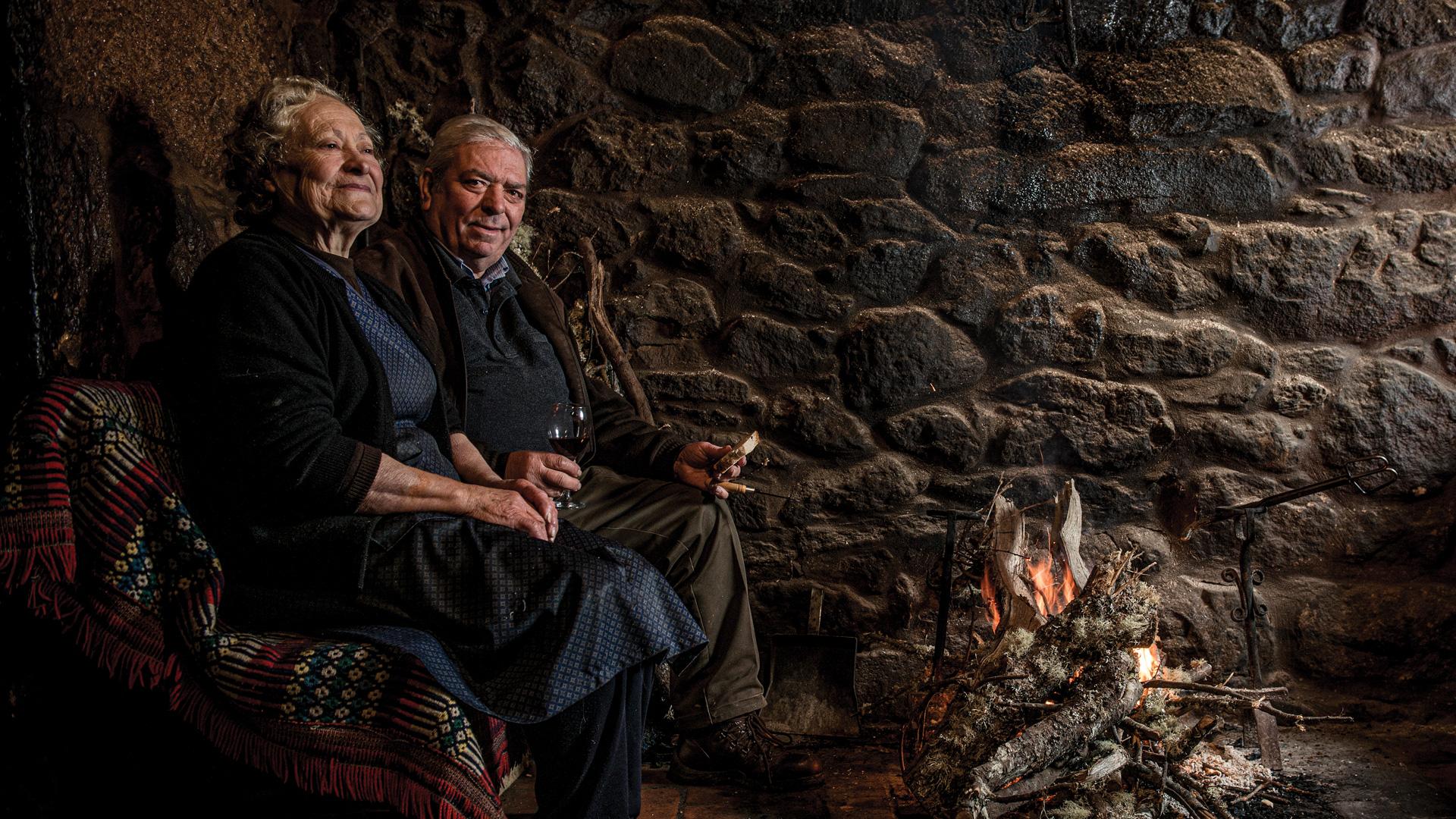 Retrato de Aldina e Ricardo Moura à fogueira, na Casa de Padornelos.