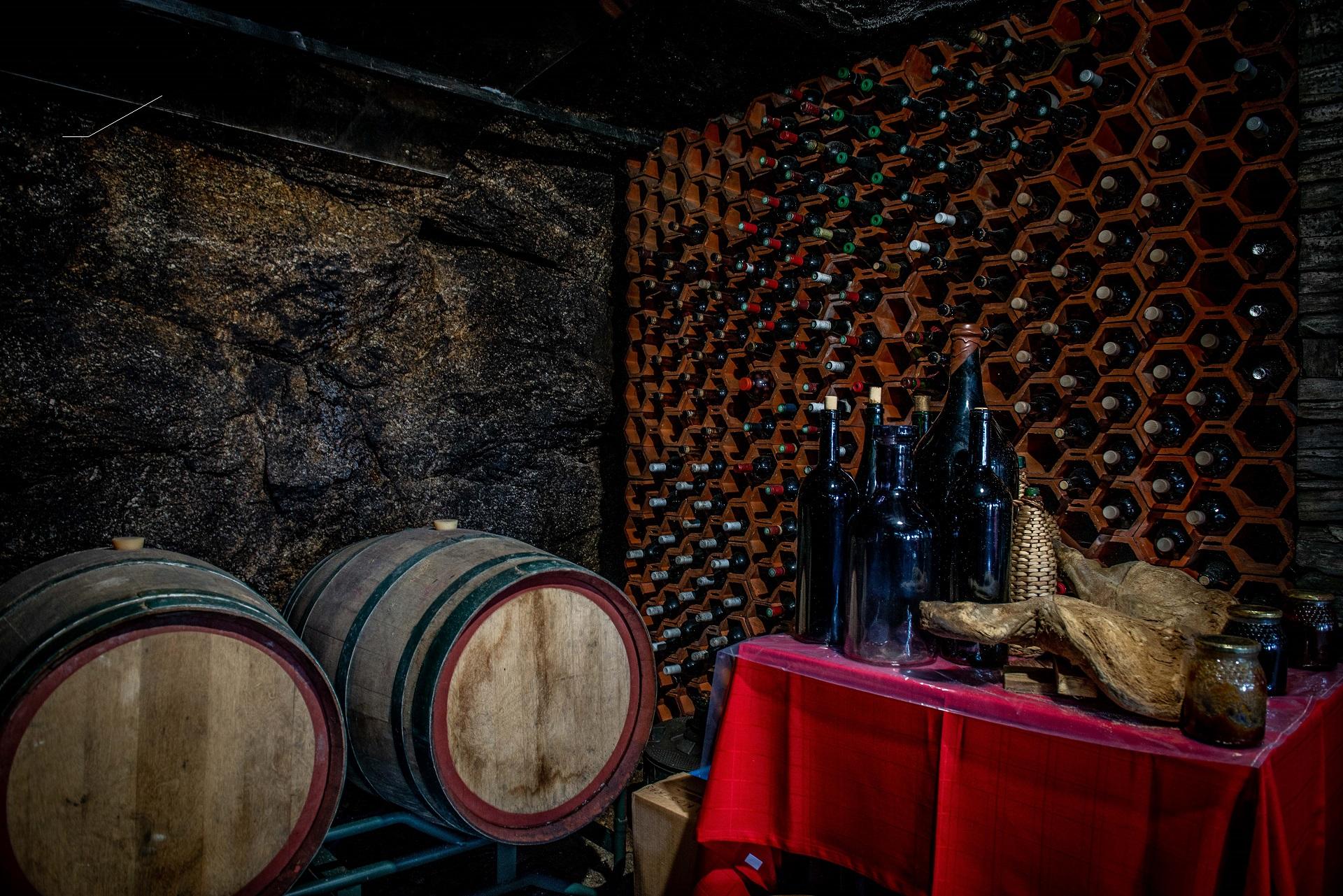 cave de vinho com pipas e presunto