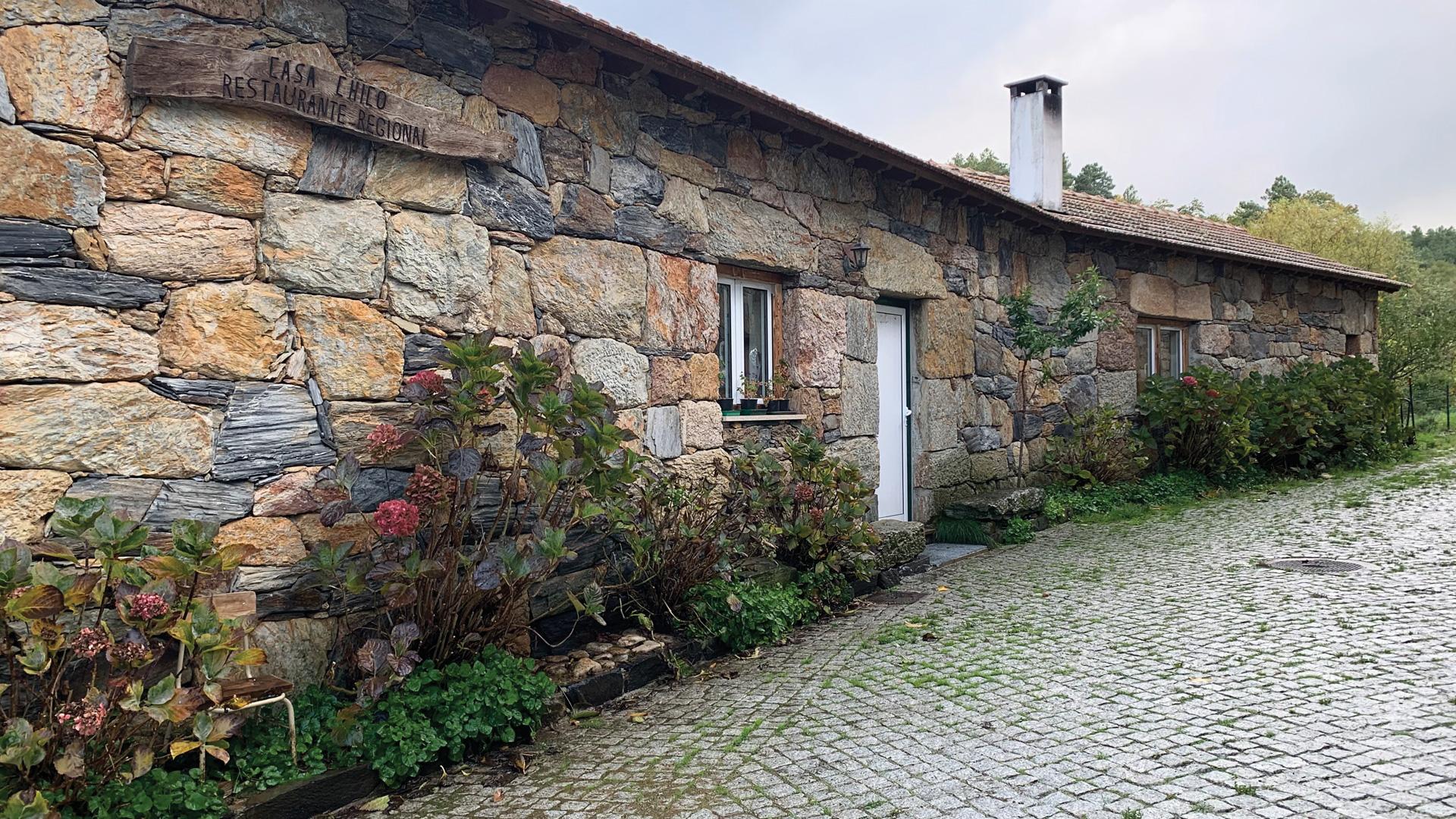 Entrada da Casa Chico, um edifício em pedra típica da região.