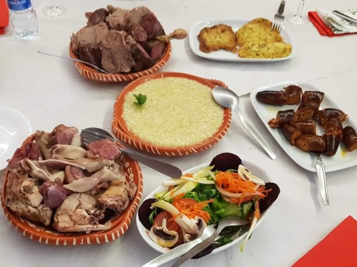 Pratos de milhos, salada e carne.
